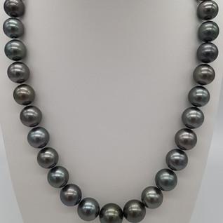 collana perle di Tahiti verde pavone diametro 10x14 mm, lungh. 44 cm - Euro 1.350 - sconto 20% = Euro 1.080
