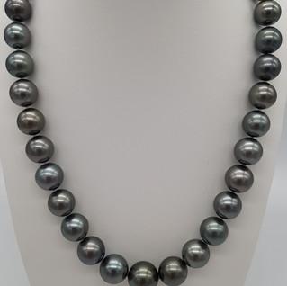 collana perle di Tahiti verde pavone diametro 10x14 mm, lungh. 44 cm - Euro 1.850