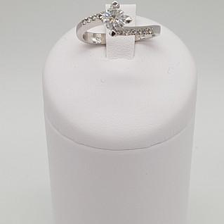 Solitario oro 750°/oo - Diamante centrale 0,45 ct - Diamanti laterali 0,18 ct - Euro 890 - sconto 20% = Euro 712