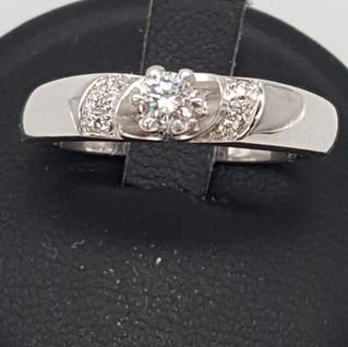 Anello oro 750°/°° gr. 4,77. Diamante centrale 0,15 carati, diamanti laterali 0,05 carati.  Euro 480 - sconto 20% = Euro 384