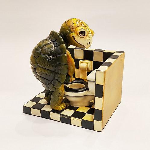 Черепаха в туалетной комнате
