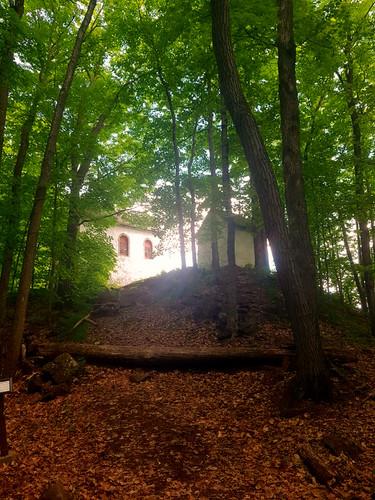 Park national d'Oka/Oka National Park (Quebec) Canada  Le panorama du sommet en vaut vraiment le coup. C'est à cet endroit que, dès 1740, des prêtres de Saint-Sulpice ont érigé trois chapelles pour évangéliser les Amérindiens.