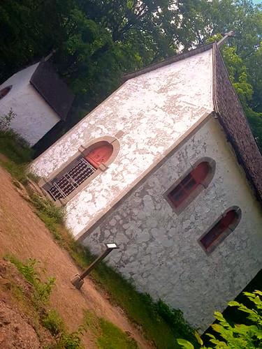 Park national d'Oka/Oka National Park (Quebec) Canada  Le Calvaire, un lieu de pèlerinage important, connaît son apogée au tournant du XXe siècle. Les journaux mentionnent à cette époque la présence à Oka, les jours du pèlerinage, d'une foule de 30 000 personnes.  Le Calvaire, avec ses quatre oratoires et ses trois chapelles, constitue une infrastructure historique unique en Amérique.   The Calvaire, with its four oratories and three chapels, is a unique complex of historic buildings in America.