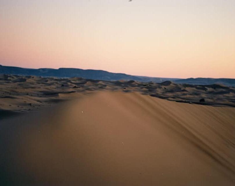DÉSERT DU SAHARA MAROCAIN/Morocco Sahara Desert   Au Sahara, le jour est extrêmement chaud, la nuit peut être glaciale.  La température peut atteindre 30°C en hiver et plus de 50°C les mois d'été, tandis que le thermomètre peut descendre jusqu'à -10°C pendant les nuits d'hiver.