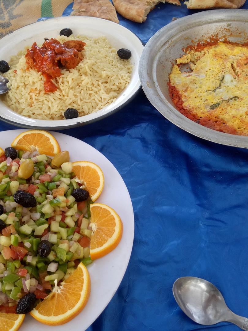 DÉSERT DU SAHARA MAROCAIN/Morocco Sahara Desert  NOURRITURE/FOOD  Toutes les saveurs et spécialités préparées par la tradition locale sont à découvrir dont la préparation du thé à la menthe qui est un vrai cérémonial et signe d'accueil chez les Nomades. On en consomme beaucoup, car il soulage la fatigue, désaltère, et atténue la sensation de faim. L'usage du thé au Sahara est récent, il remonte au milieu du XIXème siècle. On le surnomme le Whisky marocain!