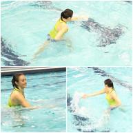 VITESSE ET DÉPLACEMENT La vitesse et l'intensité à laquelle les routines sont exécutées à l'extérieur de l'eau sont la vitesse qu'elles peuvent l'être à l'intérieur de l'eau. Il est important de débuter à votre rythme avec des petits déplacements et les poings fermés. Ou, faire les mouvements de bras seulement ou de jambes et combiner les deux ensuite. Toutes mes routines aqua zumba sont pratiquées dans la piscine avant de les présenter en début de session.  SPEED AND TRAVEL The speed and intensity of the routines performed outside the water are the same as the ones performed inside the water. It is important to start at your own pace with small movements and closed fists. Or, start by doing arms only or leg movements and combine the two afterwards. All my aqua zumba routines are practiced in the pool before being presented to participants.