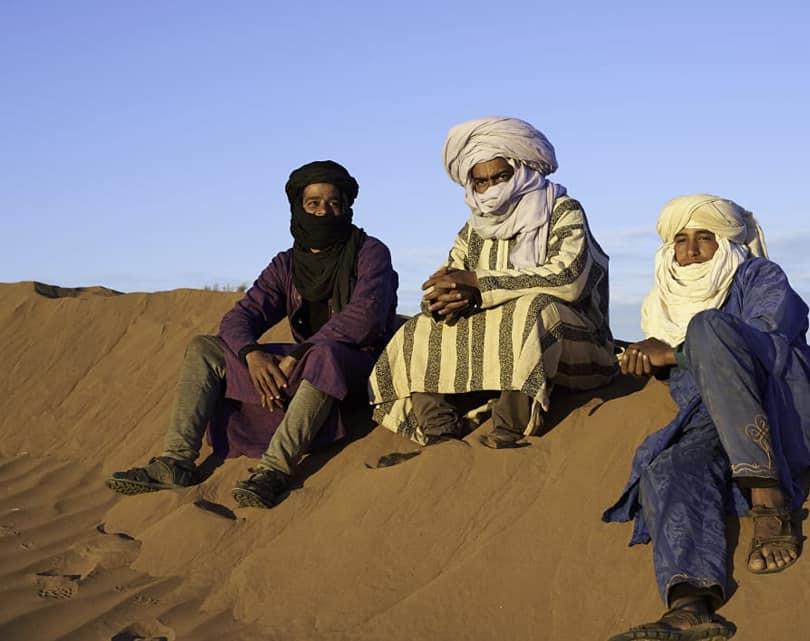 DÉSERT DU SAHARA MAROCAIN/Morocco Sahara Desert  NOS GUIDES NOMADES NÉS AU DÉSERT/OUR NOMAD GUIDES BORN IN THE DESERT:  Brahim Hassan Ismail  Ils sont issus d'une même famille et se font un plaisir à nous faire découvrir leur culture.  Ils nous offrent une aventure remplie de souvenirs mémorables. Leur long turban enroulé savamment autour de la tête, est une protection contre les vents de sable, le soleil et sert à puiser l'eau dans les puits.  Ils disent: «Le désert ne se raconte pas, il se vit.»