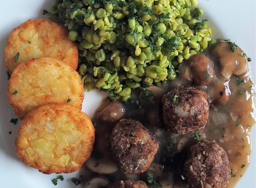 Plantaardige gehaktballetjes met champignonjus, doperwtenpuree en aardappelrondjes