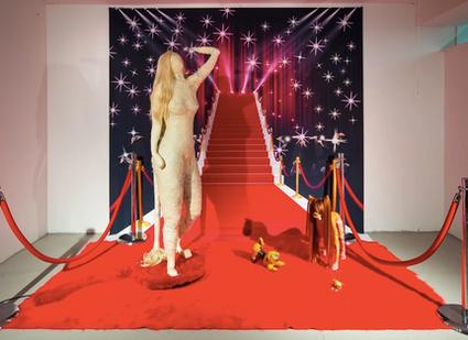 瞧瞧藝術 ChiaoxArt|穿高跟鞋的狗,Caroline Jacobson 的小劇場
