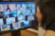 オンラインヨガ おすすめ, オンラインヨガ,オンライン ヨガ,オンラインヨガ 自宅,朝ヨガ オンライン,PCでヨガをする女性,