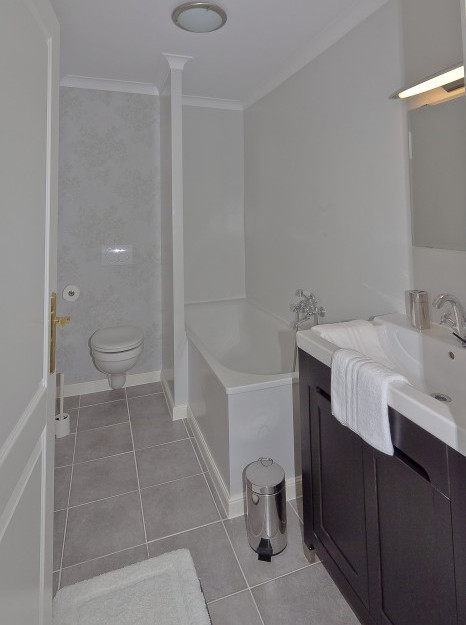 Badezimmer mit Badewanne / Dusche