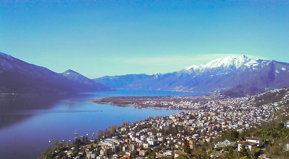 Luftbild von Locarno und See.