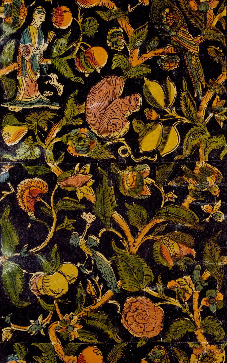 Một phần tấm giấy dán tường được vẽ với hoạt tiết lặp lại của sóc, chim công, vẹt đuôi dài và những nhân vật chinoiserie giữa hoa và tán lá - Blitz Creatives