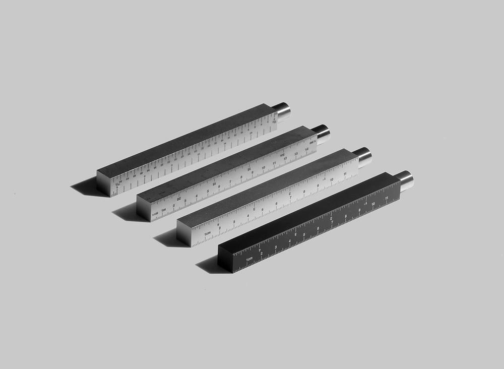 The Type-A pen là một chiếc bút bằng thép không gỉ phong cách tối giản với vỏ ngoài là cây thước kẻ và được cho là viết mãi không hết. Hình ảnh từ CW&T Studio