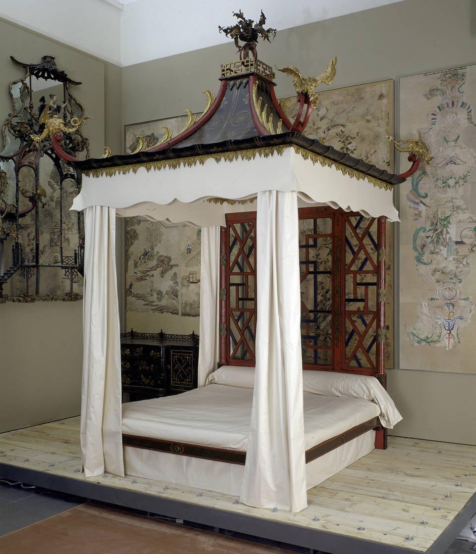 Một giường ngủ với tên gọi 'Badminton Bed' có các tấm giấy dán tường Trung Hoa ở phía sau - Blitz Creatives
