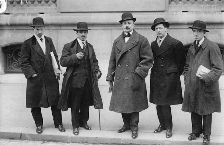 "Nhóm nghệ sĩ vị lai người Ý Luigi Russolo, Carlo Carrà, Filippo Tommaso Marinetti,  Umberto Boccioni và Gino Severini trước ""Le Figaro,"" Paris (09/02/1912) - Blitz Creatives"