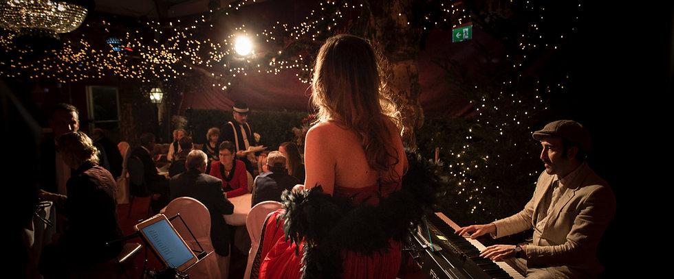 Backstage_Sängerin_von_Hinten_schaut_ins_Publikum_Romantische_Stimmung_edited_edited_edited.jpg