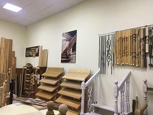 Образцы лестниц из дерева, балясин, перил в магазине Мир Дерева г. Пятигорск
