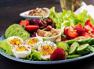 assiette-aliment-dietetique-paleo-oeufs-