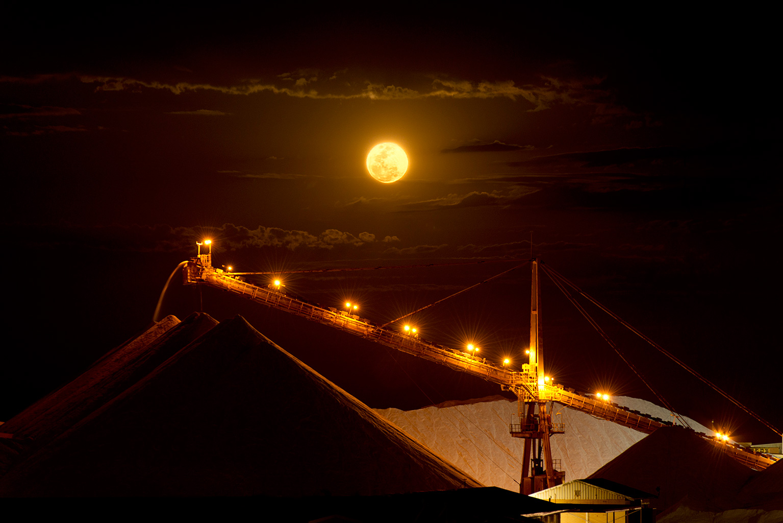 131019-154-Moon-over-salt