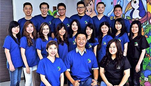Para dokter gigi dan admin Dentaland Klinik Surabaya