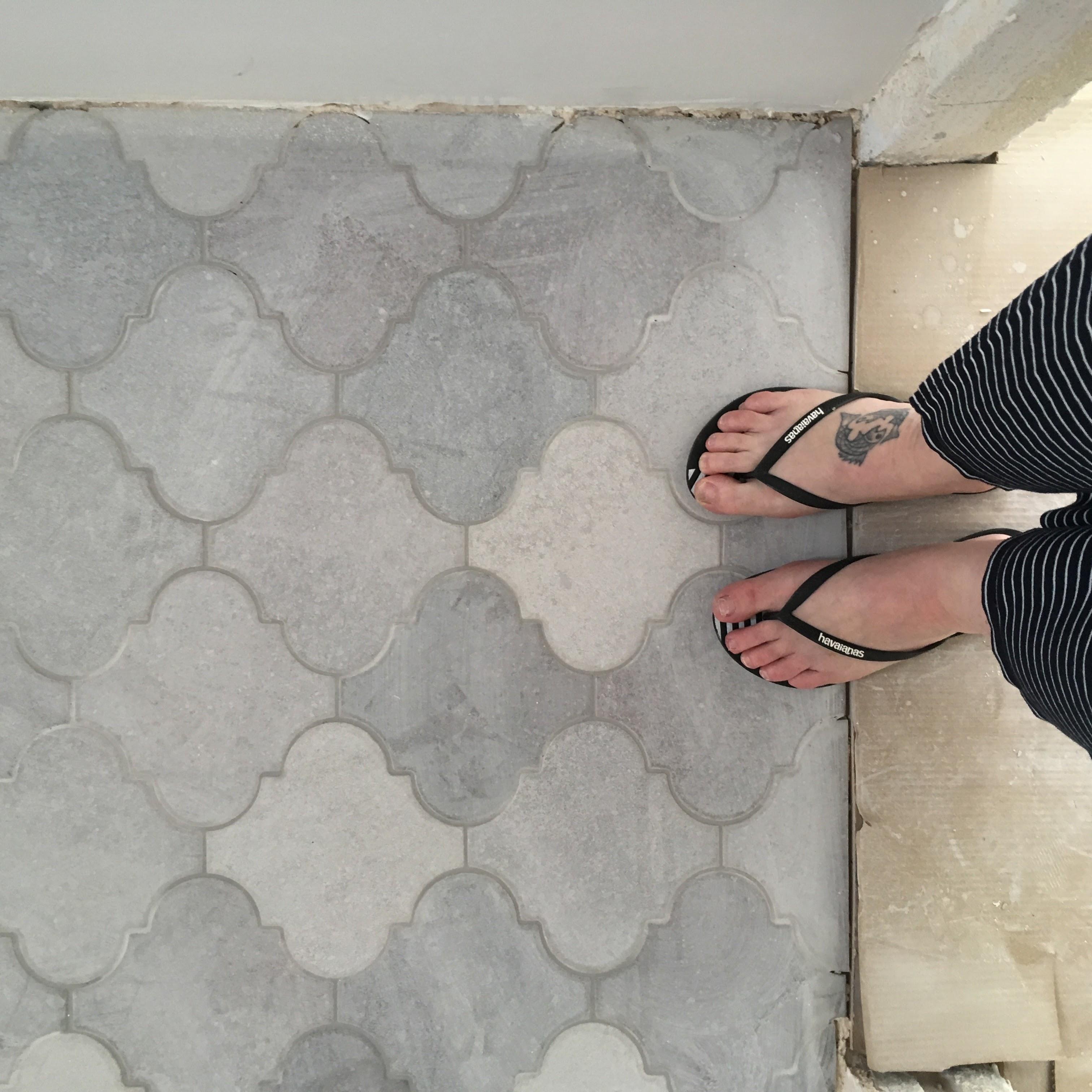 הנחת ריצוף בתהליך שיפוץ דירה קומפלט