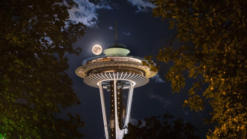 When Moon met the Saucer