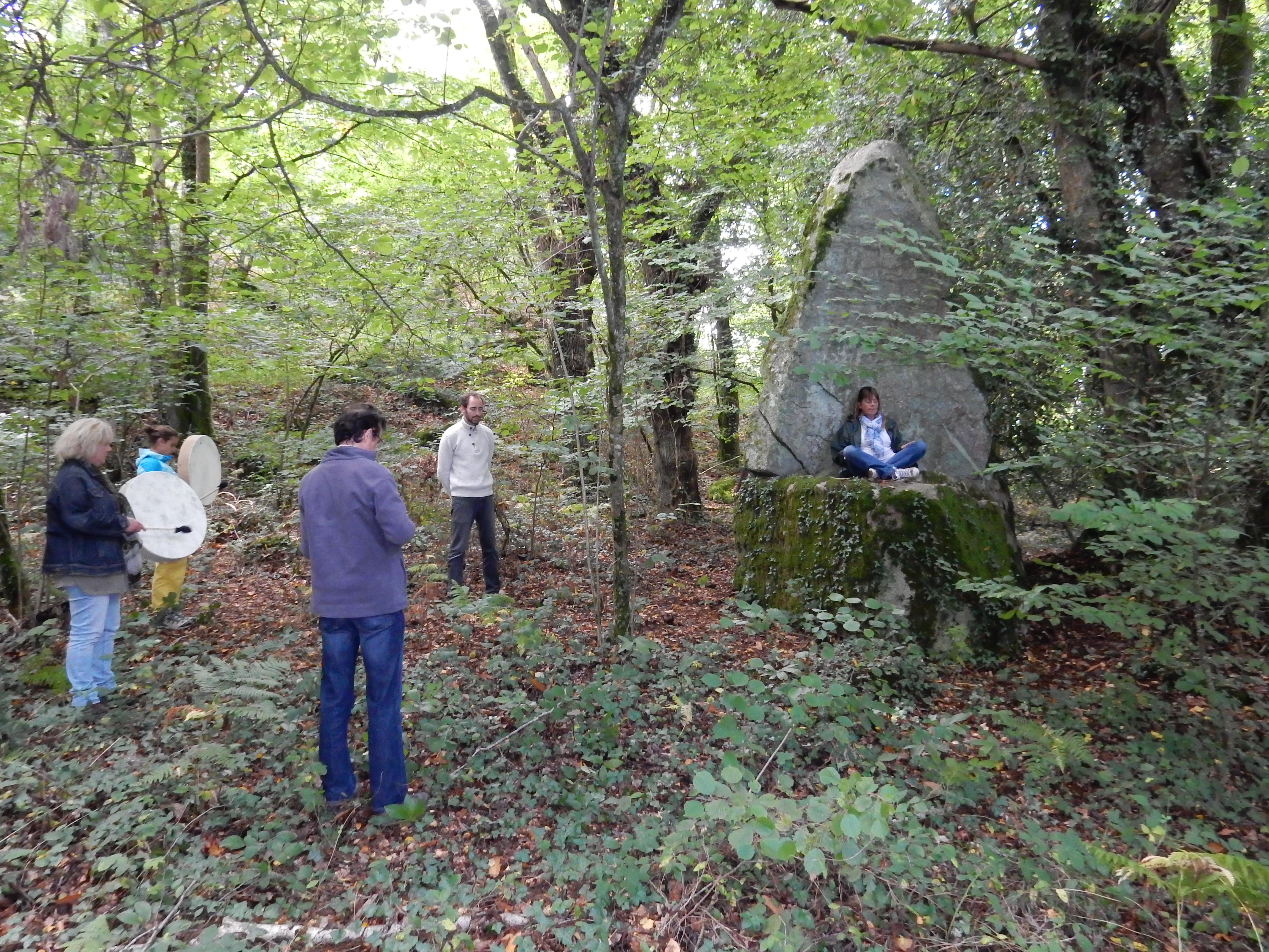Méditation et offrande du son dans la forêt