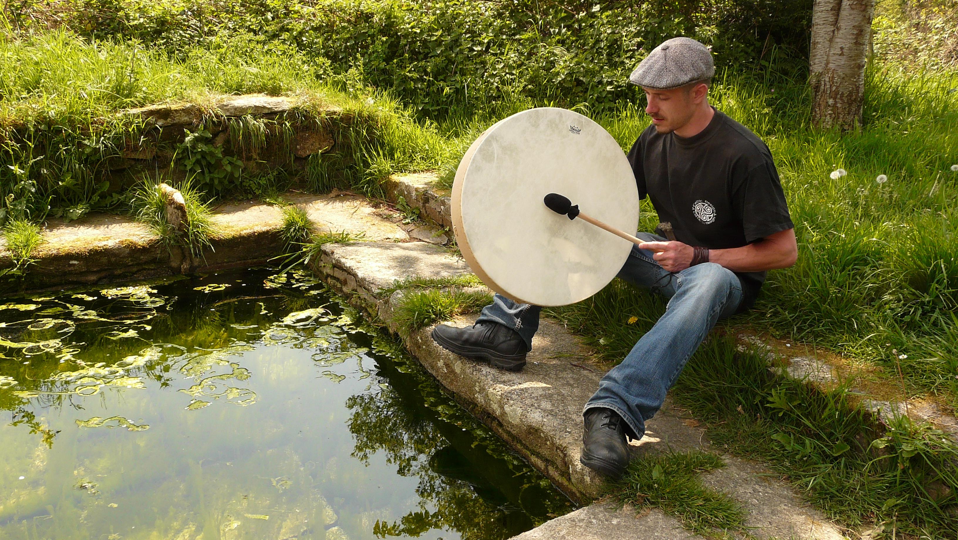 Offrande du son à l'eau de la fontaine