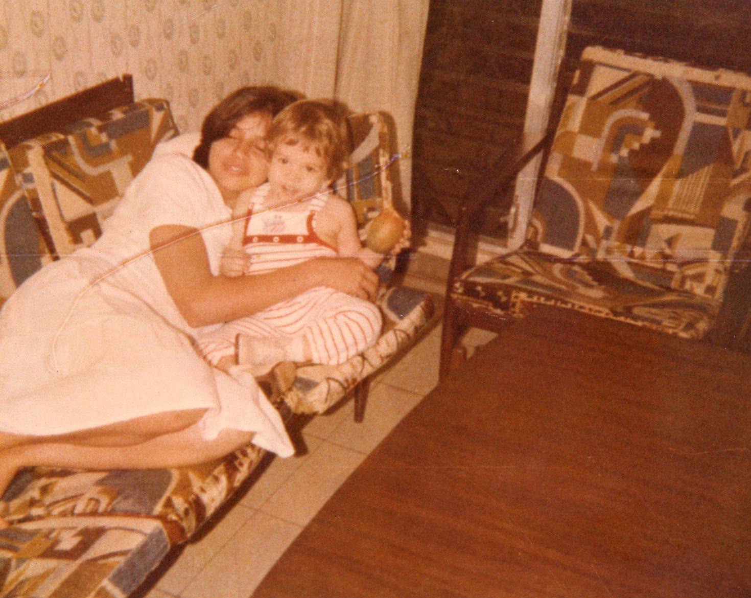 Con mi mamá comiendo un mango july..