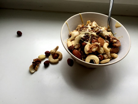 Apfel-Zimt Porridge mit Nussmus
