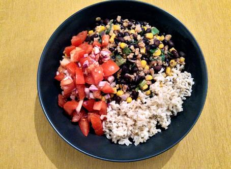 Reis-Bohnen Gericht mit Tomatensalsa