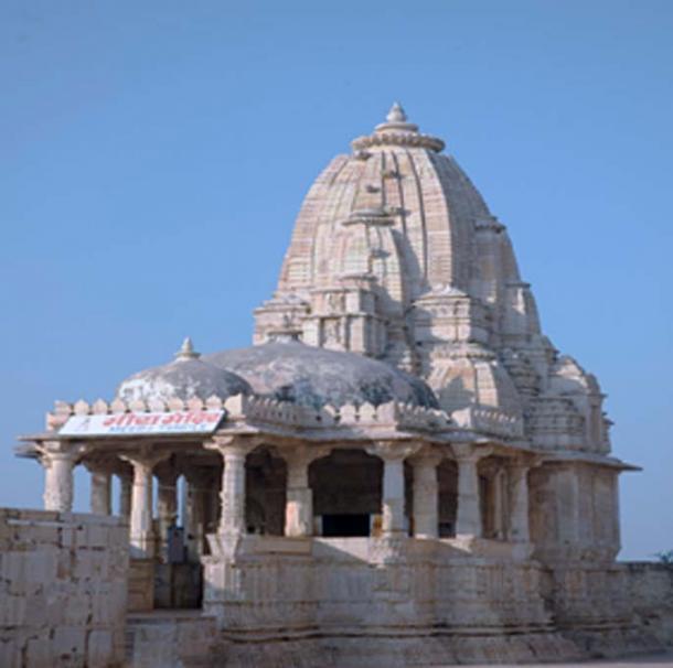 Типичный лингамовидный храм Индии.