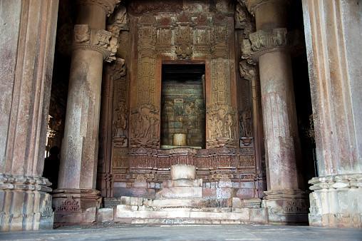 Лингам внутри гарбхагрихи. Храм Кандария-Махадэва, Кхаджурахо, Индия.
