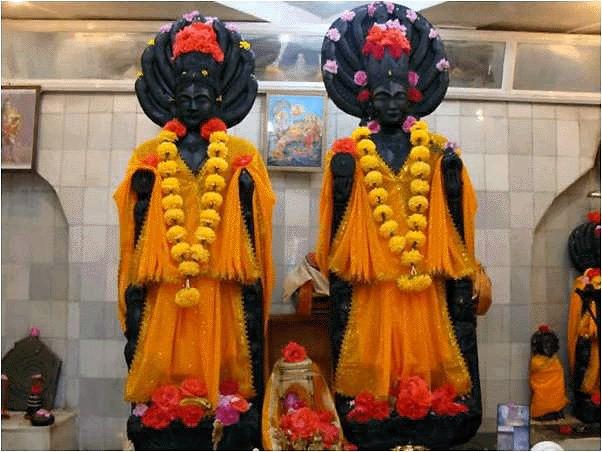 Статуи Винаты и Кадру в храме Васуки-наги, Кашмир.