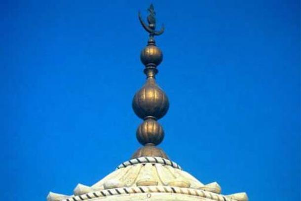 На навершии Тадж-Махала изображены полумесяц, кокос, листья манго и калаш - всё это индуистские символы.
