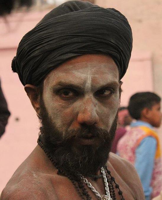 Человеческий пепел на лице агхори.