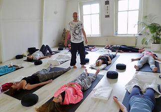 Adem en Extase, Arno begeleidt groep in ademworkshop.