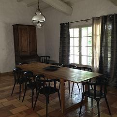 Table à manger pouvant recevoir 12 convives
