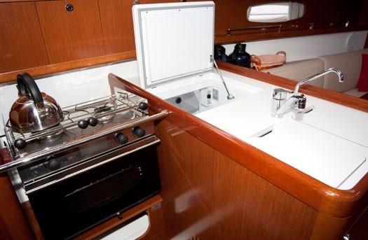 beneteau-oceanis-31-romantic-sailing-mallorca-02.jpg