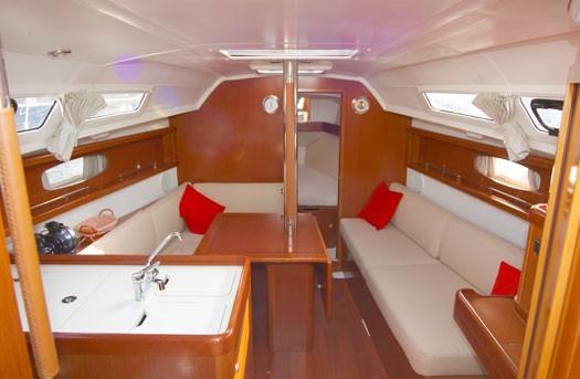 beneteau-oceanis-31-romantic-sailing-mallorca-05.jpg