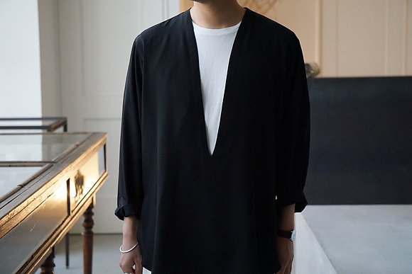 un/unbient  washable silk deep v pull over shirt (black)