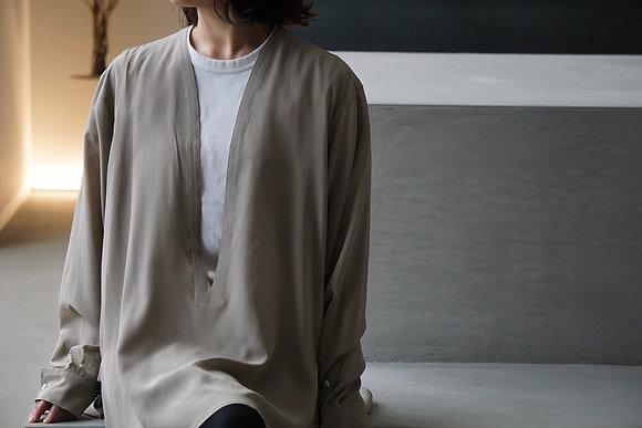 un/unbient  washable silk deep v pull over shirt (grege)
