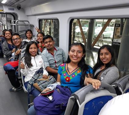 Grupo de Oaxaca viajando en el Tren