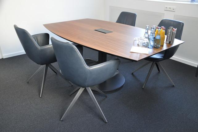Konferenztisch in Nussbaum matt lackiert, Bildrechte: Hannes Schneider