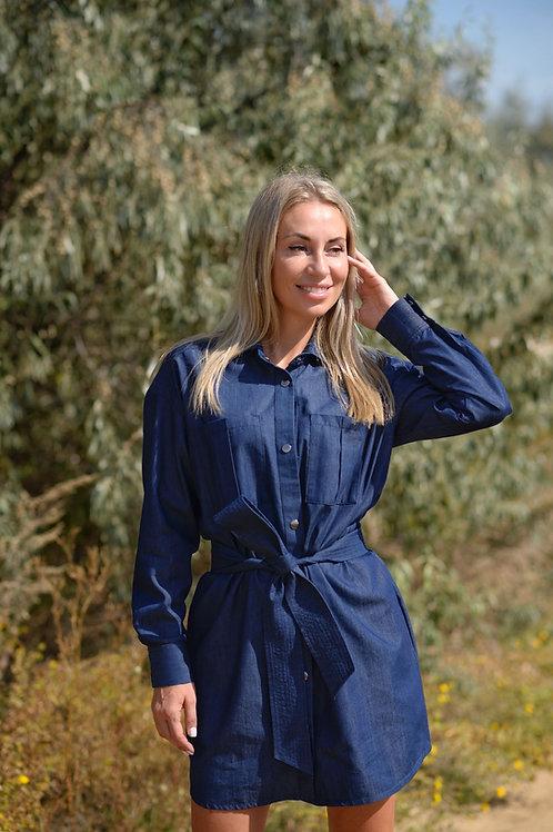Синее джинсовое платье на кнопках с широким поясом