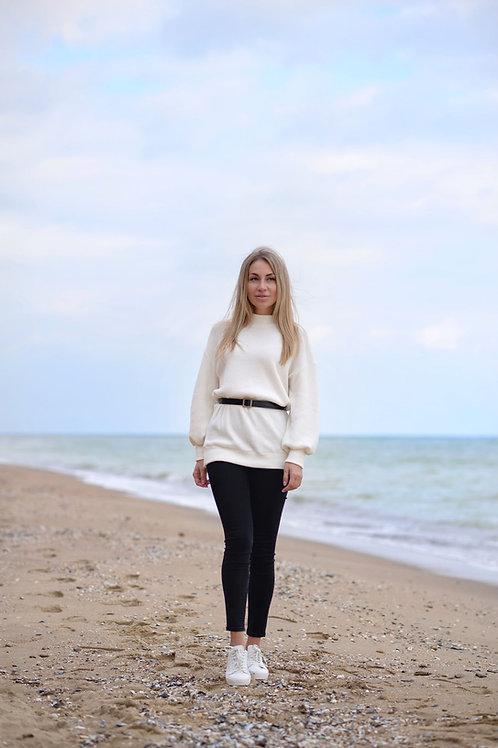 Белый удлинённый вязаный свитер