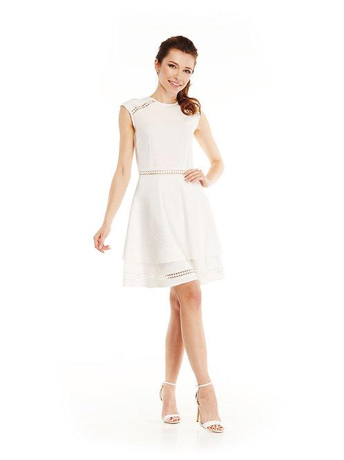 Белое платье с расклешенной юбкой, отрезное по линии талии, с кружевной тесьмой