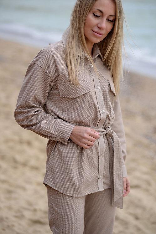 Бежевая тёплая рубашка на кнопках, с поясом
