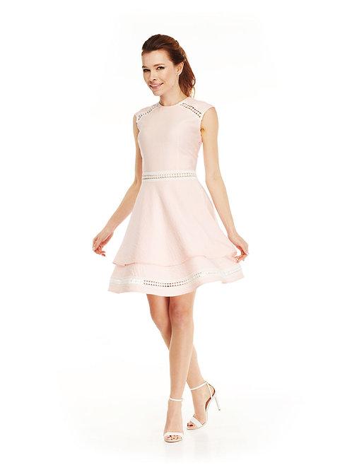 Розовое платье с расклешенной юбкой, отрезное по линии талии, с кружев-й тесьмой